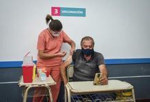 Fotogalería: primeros mayores de 70 vacunados en Universidad Barrial