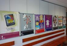 Muestra de afiches en el Día de la Mujer