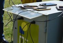 Comenzó a funcionar el cargador solar de celulares en FIO